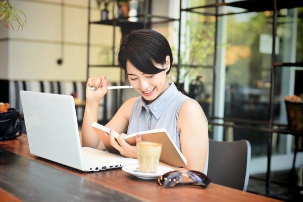 Freelancer là một trong những khách hàng tiềm năng tại cửa hàng cafe