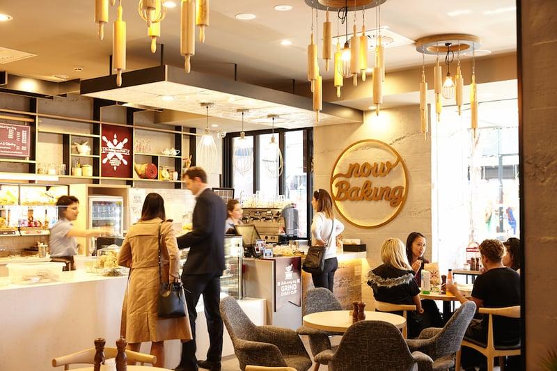 khách hàng thanh toán quán cafe