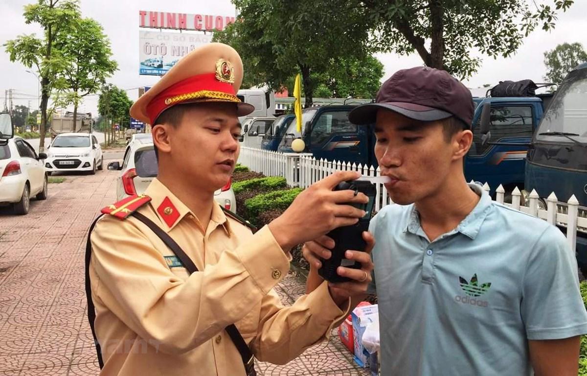 Cảnh sát phạt người uống rượu bia