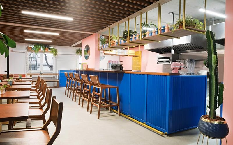 Phong cách thiết kế quán cà phê tone màu đối lập