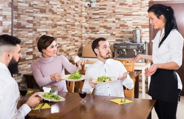 nhân viên phục vụ sai món cho khách