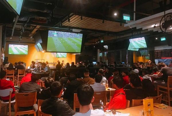 đối tượng khách hàng của quán cafe bóng đá