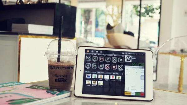 Chỉ cần một máy tính bảng để cài đặt và sử dụng phần mềm cho quán cafe