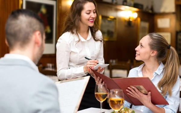Nhân viên phục vụ trong nhà hàng