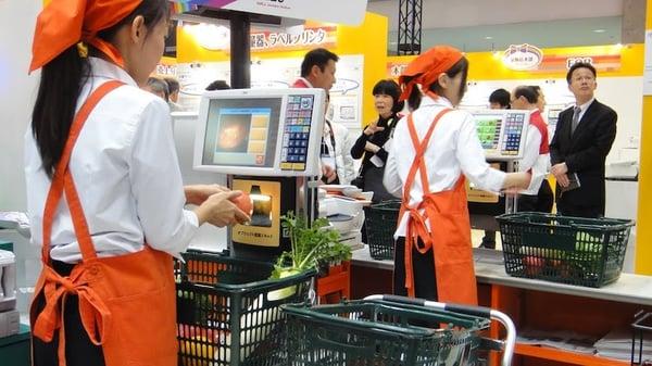 nhân viên thu ngân trong siêu thị
