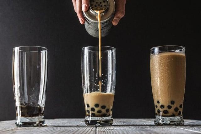 Đổ trà sữa vào trân châu